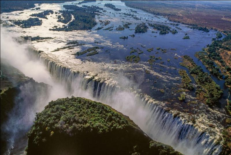 Quelle est la hauteur maximale atteinte par les chutes Victoria, situées sur le fleuve Zambèze ?