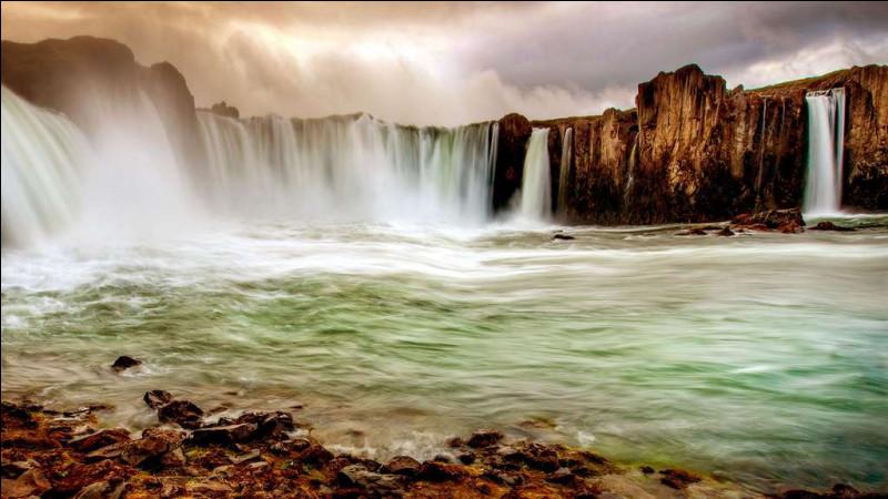 """Que signifie le nom de """"Goðafoss"""", donné depuis l'an 1000 à l'une des plus belles chutes d'eau d'Islande ?"""