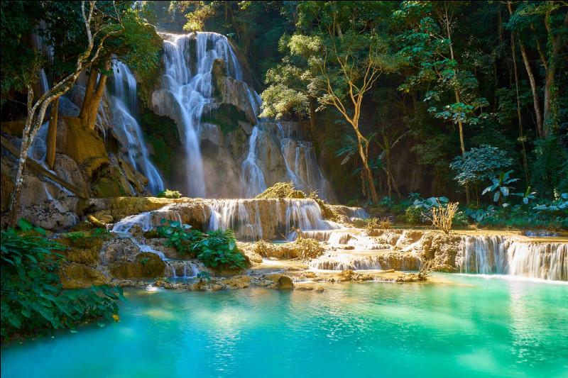 Quelles chutes d'eau situées à une trentaine de km de la ville de Luang Prabang, sont l'attraction principale du Laos ?