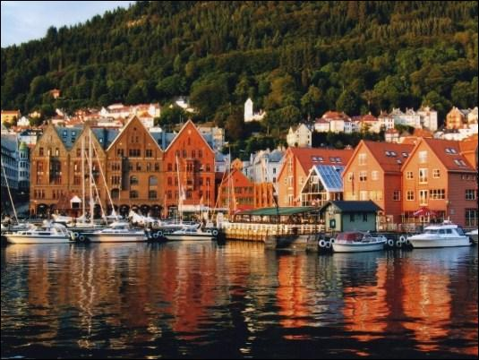 Dans quel pays accoste un bateau sur un quai de Bergen ?