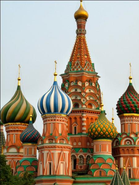 Quelle célèbre place se situe à Moscou ?