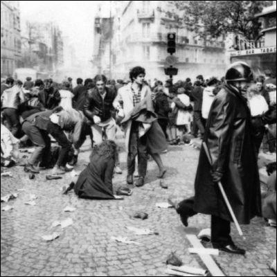 Quel slogan de Mai 68 sert de titre à une comédie de boulevard dans laquelle un politicien incompétent provoque la contestation populaire ?