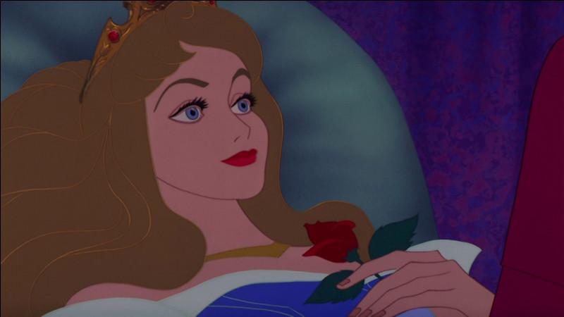 Dans 'La Belle au bois dormant', combien de temps Aurore s'endort-elle ?