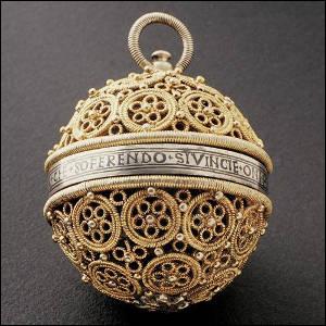 Quel est le nom de ce bijou contenant des parfums tels que l'ambre gris et le musc ?
