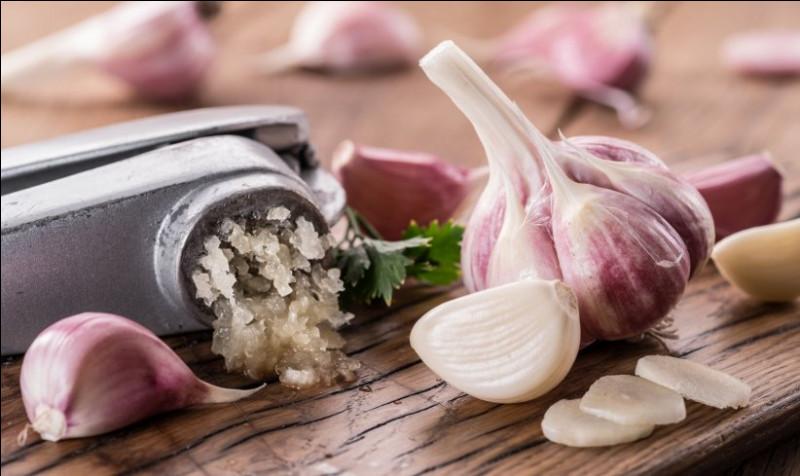 En cuisine, nous aimons l'odeur de l'ail particulièrement quand il se fait éplucher. Quelle enzyme libérée dans l'air fait son odeur ?