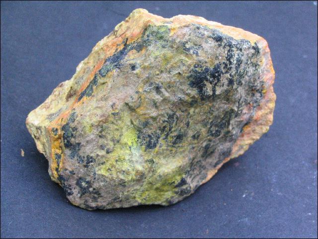 Minéral contenant du radium, utilisé par Marie Curie dans ses recherches sur la radioactivité, je suis :