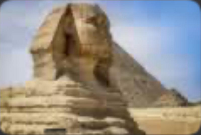 Pour finir, une petite anecdote sur Astérix. Dans quel film Obélix monte-t-il sur le Sphinx et lui casse le nez par erreur ?