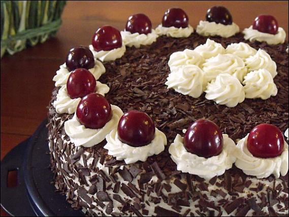 Ici on prépare un fabuleux gâteau, qui outre son odeur de chocolat, laisse percevoir un arôme discret de...