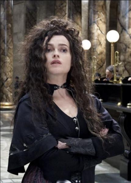 2- Voici Bellatrix Lestrange à Gringotts, oui, oui, vous pouvez croire que c'est elle, mais, en vérité, dans cette scène, quelqu'un se cache dans sa peau grâce au polynectar : mais, qui est-ce ?