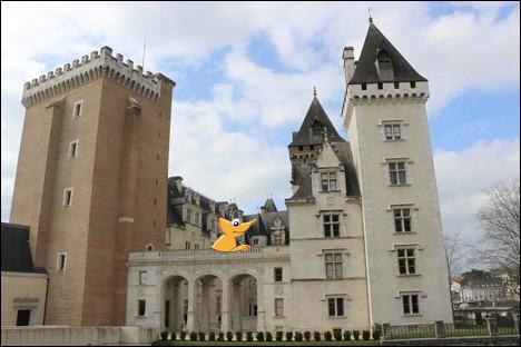 Notre Caméléon attend patiemment l'arrivée de ses cyclistes préférés. Dans quelle ville se trouve ce château ?