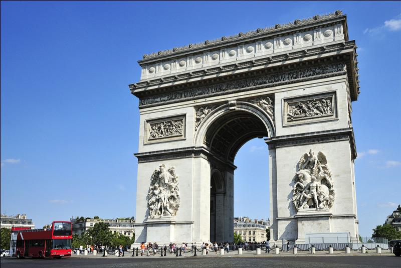 On revient à Paris, vers l'Arc de Triomphe. Quelle chance ! L'équipe préférée de notre emblème a gagné ! Sous quel règne a été érigé ce monument ?