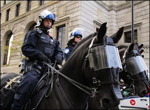 Vous allez certainement trouver mon métier immédiatement. Je travaille dans la loi. Je ne travaille pas uniquement avec les chevaux, puisque j'utilise le plus souvent une voiture, un vélo ou parfois une moto. Le fait que je monte une grande bête incite les citoyens au respect. Qui suis-je ?