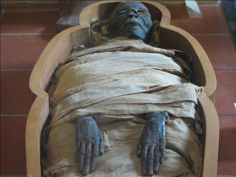 Quand ils préparaient une momie, quel est le seul organe que les prêtres laissaient en place ?