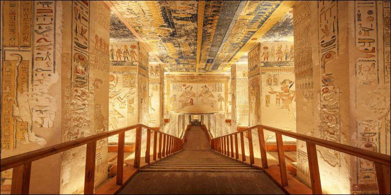 Où se faisaient enterrer les pharaons et les reines du Nouvel Empire ?