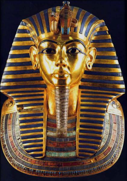 Combien de coffres et de sarcophages protégeaient la momie de Toutânkhamon ?