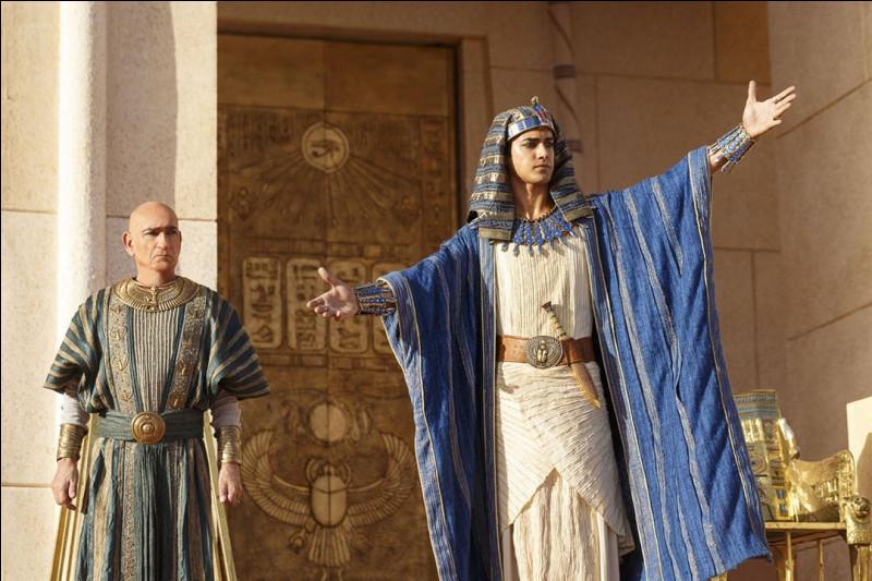 Comment s'appelle le bras droit du pharaon ?