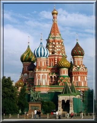 Dans quelle ville se trouve la cathédrale Saint-Basile ?