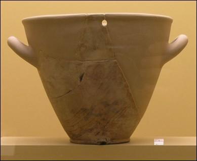 La clepsydre est le plus ancien instrument pour mesurer les heures. On trouve le premier modèle chez les grecs.