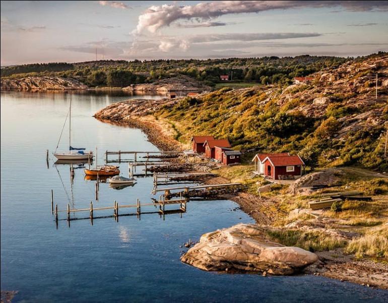 Au lever du jour, surtout, montez sur le pont pour voir le bateau se faufiler entre la multitude d'îles formant l'archipel de Stockholm. Cette capitale, très verte et très aérée, est d'ailleurs construite sur plusieurs îles de cet archipel. Sur combien d'îles est-elle construite ?