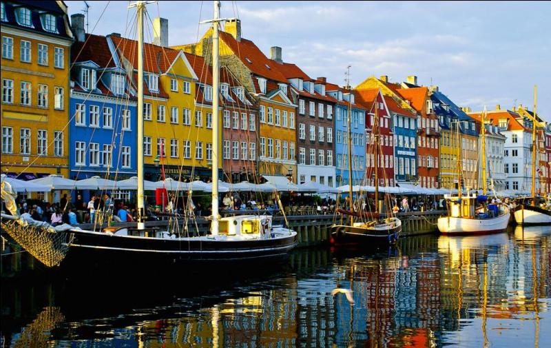 """Nous voici donc à Copenhague où se termine notre voyage. Quel est ce canal, connu pour ses maisons typiques colorées, qui porte un nom signifiant """"nouveau port"""" en danois ?"""