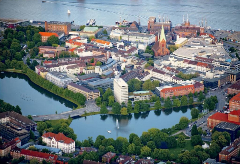 L'embarquement s'effectue dans un grand port allemand sur la mer Baltique, capitale du Land de Schleswig-Holstein. Où devrez-vous vous rendre pour trouver votre bateau ?