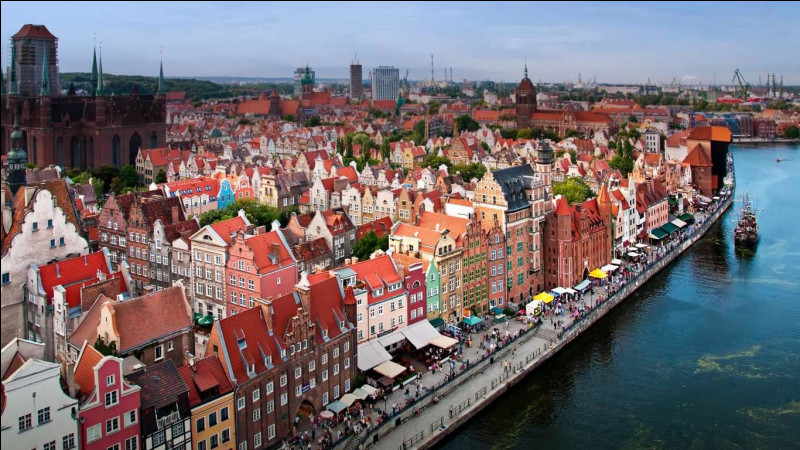 Continuons de longer la côte vers l'est et nous atteignons la sixième ville de Pologne, premier port du pays et autrefois grand centre de commerce de la Ligue Hanséatique. Quelle est cette ville, ancienne Dantzig à l'époque prussienne ?
