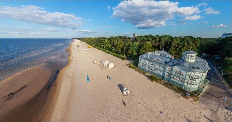 Nous croisons désormais la principale station balnéaire lettone, le long du golfe de Riga. Elle est connue pour ses grandes plages bordées par la forêt et pour ses coquettes maisons en bois. Nous voici à :