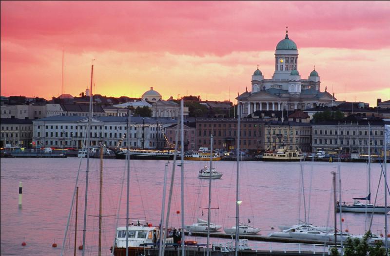 Faisons demi-tour et nous voici arrivés à Helsinki. Quel est le nom de cette ville en suédois, la deuxième langue officielle de la Finlande ?