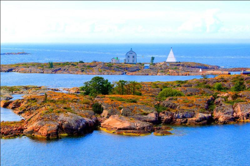 Poursuivons vers l'ouest et nous croisons un archipel situé à mi-chemin entre la Suède et la Finlande. Il fait partie du territoire finlandais, mais jouit d'une très large autonomie, possède son propre drapeau, son propre gouvernement et son propre hymne et a le suédois comme langue officielle. Quel est cet archipel ?