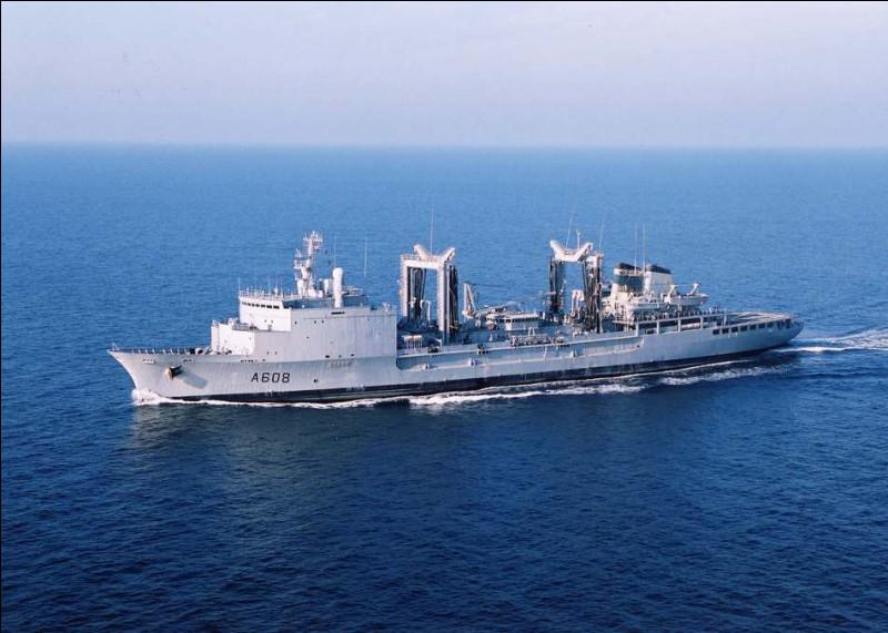 Ce navire est chargé de ravitailler l'ensemble du groupe aéronaval en vivres, en carburant ou encore en matériels divers. Il s'agit d'un...