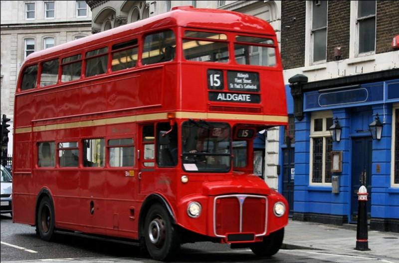 Cette fois-ci, tu es dans un bus qui perd le contrôle (bus à 2 étages) ; il est sur le point d'écraser 7 personnes, mais… étant au 2e étage, tu vois un homme costaud à côté de toi ; si tu le pousses il arrêterait le bus qui fonce sur 7 personnes !Que fais-tu ?