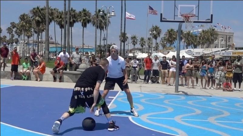 Avec quel streetballeur affronte-t-il souvent des groupes de fans ?