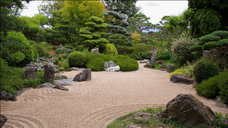 Qu'est censé représenté l'usage du sable et des graviers dans le contexte d'un jardin japonais ?