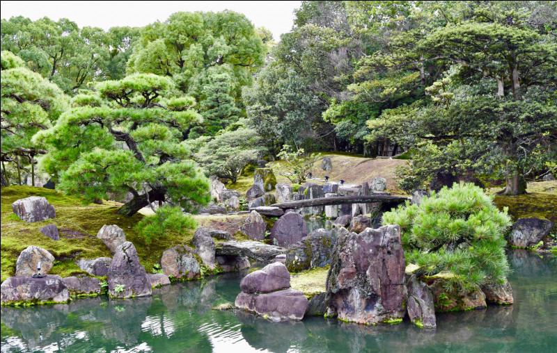 Par quel moyen éclaire-t-on dans un jardin japonais ?