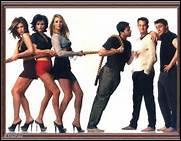 Avec quel acteur, qui joue un excité, Rachel va-t-elle voir une pièce de Joey ?