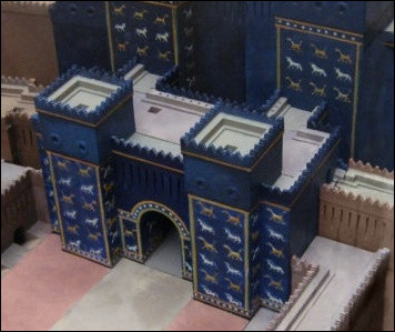 Dans quel musée se trouve exposée la Porte d'Ishtar provenant de Babylone ?
