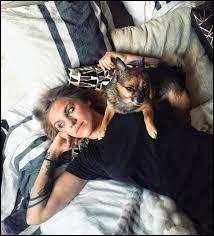 Emy a un chien, comment s'appelle-t-il ?