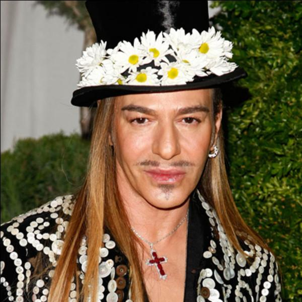 """Qui est ce John, styliste britannique, créateur de haute couture, surnommé le """"surdoué de la mode"""" ?"""