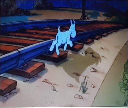 Milou marche seul sur la voie ferrée. Qui rencontre-t-il ?