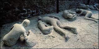 Quelle est l'épaisseur de la couche, composée de cendre et de lapilli, qui a recouvert la ville de Pompéi ?
