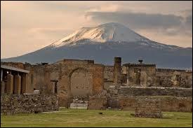 En quelle année Pompéi a-t-elle été ensevelie suite à l'éruption du Vésuve ?