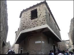 Comment se nomme le seul bâtiment de Pompéi exclusivement dévolu à la prostitution ?