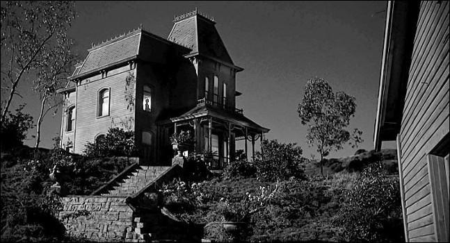 Hitchcock est revenu au noir et blanc pour ce film : Marion Crane, employée modèle, vole 40 000 dollars à son patron pour permettre à son amant, d'éponger ses dettes. Elle s'enfuit en voiture et descend dans un motel isolé. C'est ...