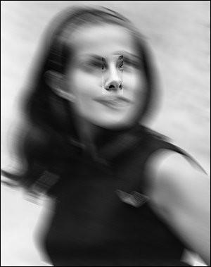 Quel dommage de gâcher un si joli portrait [de qui ?]... Mais vous reconnaîtrez sans doute le joli nez de la « petite fiancée du cinéma français » dixit [qui donc ?]