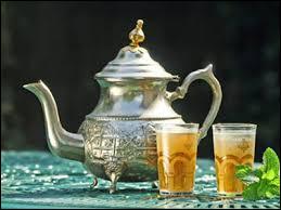 Lors de la préparation du thé à la menthe, quel type de thé utilise-t-on ?