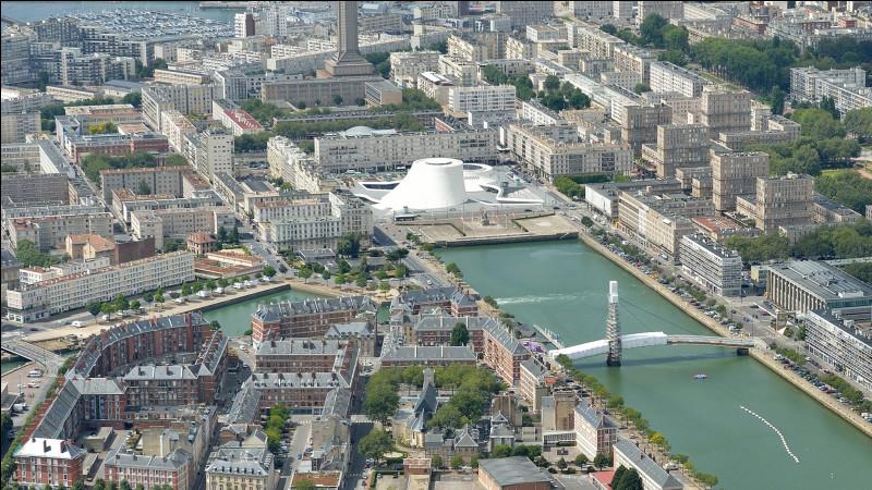 Cette grande ville maritime, dont le centre a été reconstruit après avoir été anéanti par les bombardements de septembre 1944, c'est ...