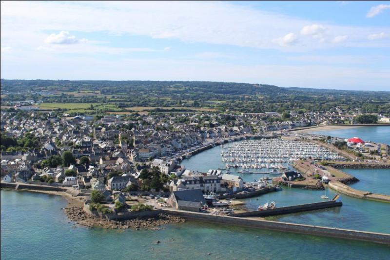 Cette petite ville, située à l'extrémité nord du Cotentin, regardant vers l'est, longtemps place forte stratégique sur la Manche, c'est ...