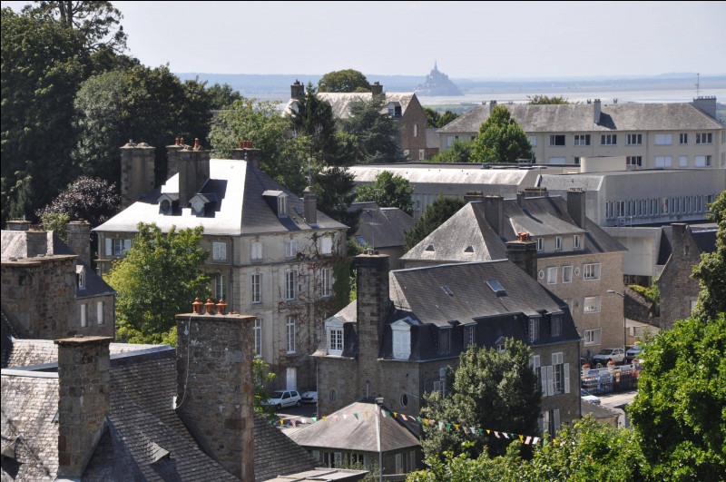 Cette ville, située sur une colline face à la baie du Mont-Saint-Michel, a été, entre les 25 et 30 juillet 1944, l'enjeu d'une bataille avec la percée par les divisions blindées américaines pour ouvrir la route de la Bretagne : c'est ...