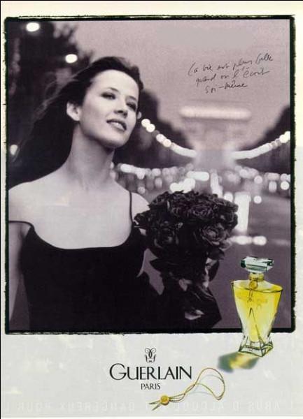 Conçu en 1996, voici une effluve où le cassis s'accorde à merveille avec la rose et la douceur du mimosa :