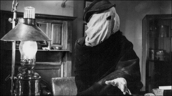 """Ce film tourné en noir et blanc est une adaptation romancée des mémoires de Frederick Treves, le médecin qui prit en charge Joseph Merrick, surnommé """"Elephant Man"""" du fait de ses nombreuses difformités. Qui en est le réalisateur ?"""